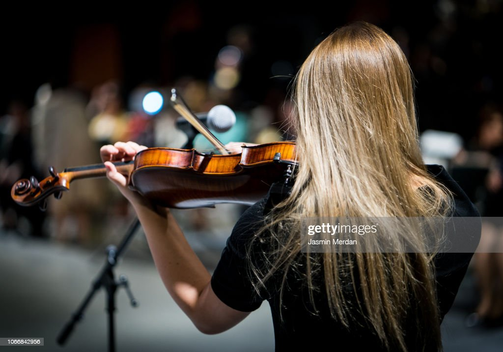 Female playing violin in front of audience : Stock Photo