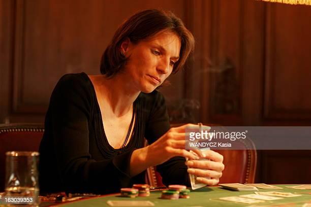 Female Poker Players AnneSophie surnommée 'la Tueuse' jouant au poker dans un club du 104 de l'avenue des ChampsElysées à PARIS