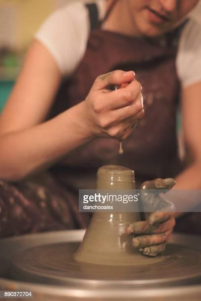 weibliche keramik künstler machen eine form aus ton - tonkeramik stock-fotos und bilder