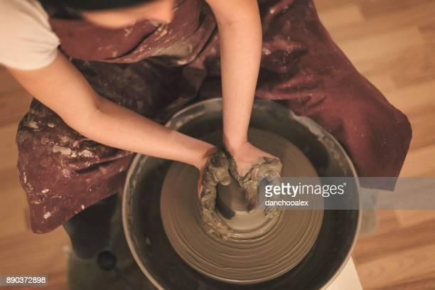 Weibliche Keramik Künstler machen eine Form aus Ton