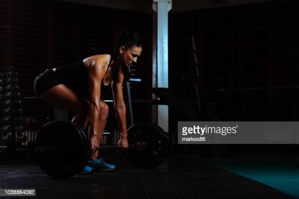 female practicing dead lift - dead body imagens e fotografias de stock