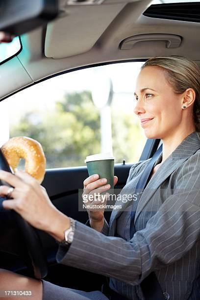 女性プロベーグルとコーヒーカップを手に