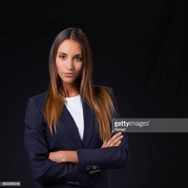 女性専門的に立って両手を交差