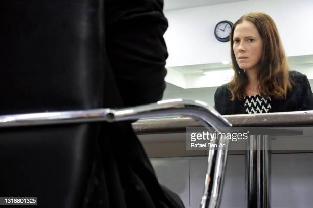 female psychologist consulting with an unrecognisable person - rafael ben ari fotografías e imágenes de stock