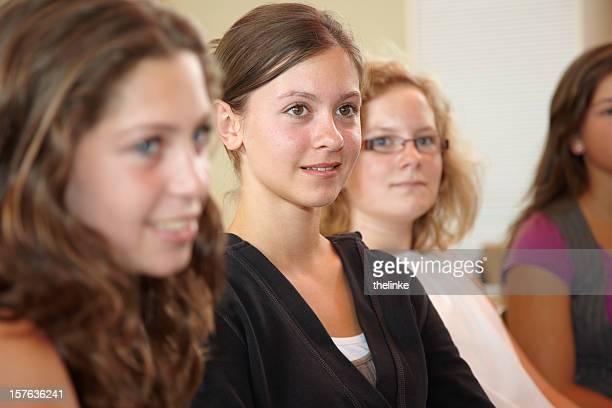 weibliche schüler hören den lehrer - 14 15 jahre stock-fotos und bilder