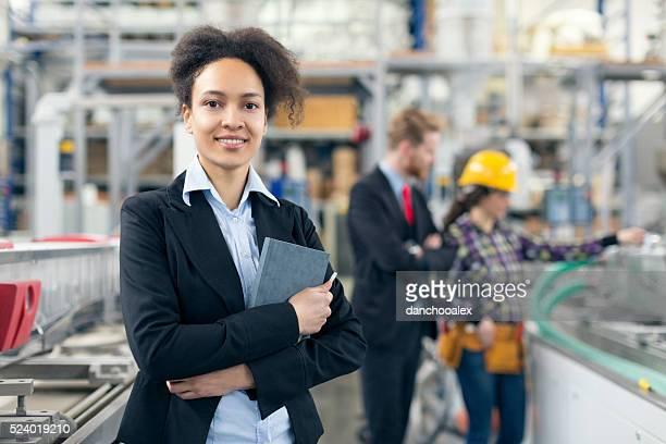 Weibliche Qualität Kontrollinspektoren posieren für die Kamera