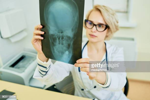 Weibliche Radiologe Analyse MRT-Untersuchung