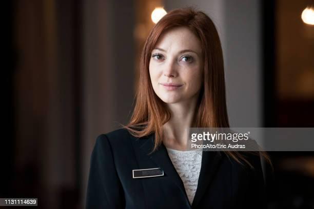 female receptionist standing in hotel - weibliche angestellte stock-fotos und bilder