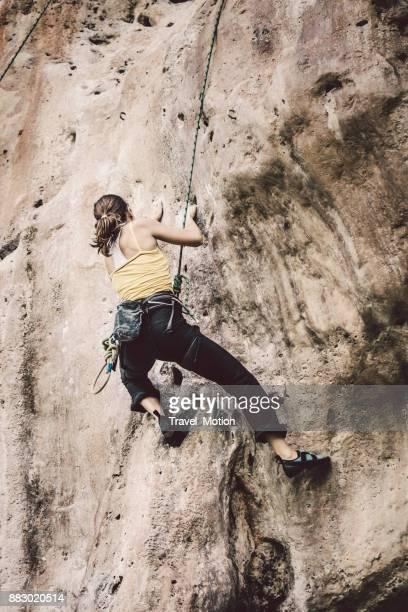 weibliche kletterer, railay beach, krabi, thailand - railay strand stock-fotos und bilder