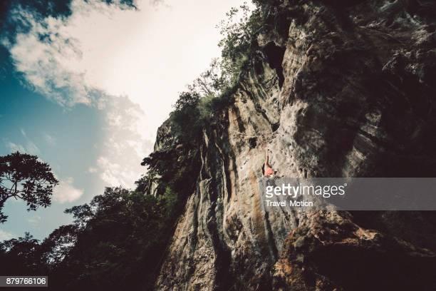 weibliche klettern am railay beach, krabi, thailand - railay strand stock-fotos und bilder