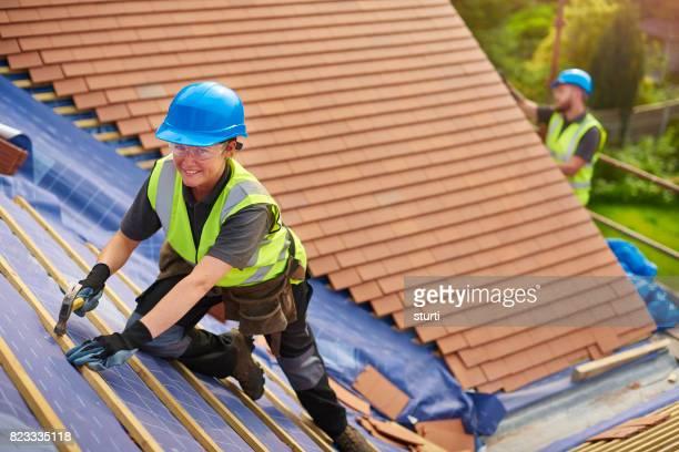 Couvreur femelle installation nouvelles tuiles de toit
