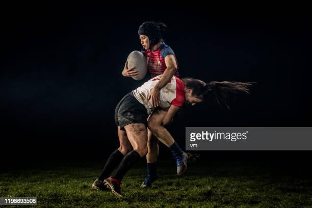 joueur féminin de rugby obtenant abordé - tacler photos et images de collection