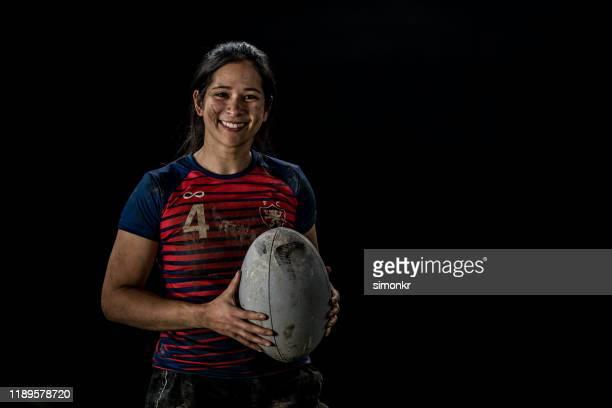 rugbyspielerin hält ball - frauen rugby stock-fotos und bilder