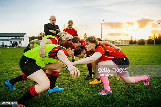 female rugby team training how to block - frauen rugby stock-fotos und bilder