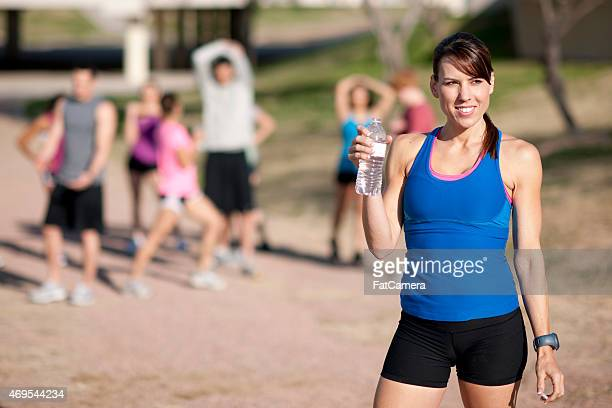 female runner drinking water - 5000 meter stock pictures, royalty-free photos & images