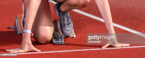 female runner in starting position, - athleticism stock pictures, royalty-free photos & images