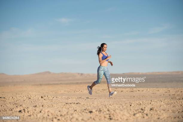 female runner in the desert - toughness stock pictures, royalty-free photos & images