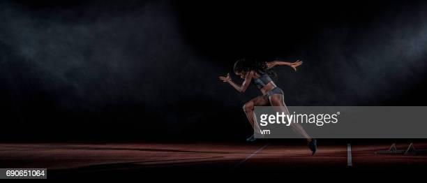 トラックのアフリカ降下の女性ランナー - 陸上競技大会 ストックフォトと画像