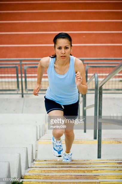 女性ランナーのランニングアップステアズ