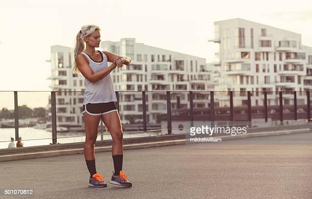 Femme coureur utiliser Portable montre connectée à obtenir des résultats