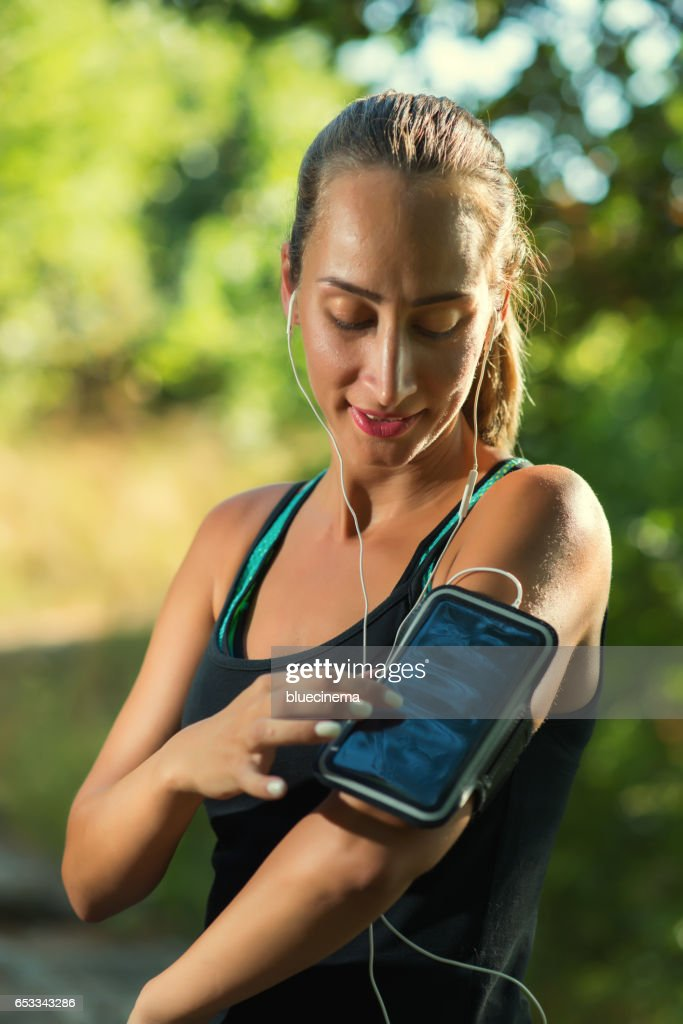 Female Runner Using Smartphone : Stock-Foto
