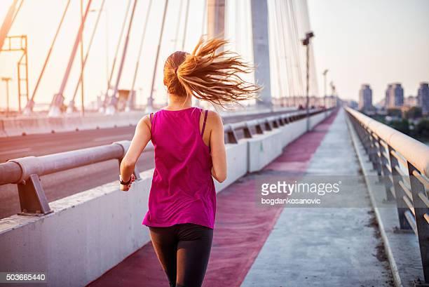 女性ランナー後ろから表示されます。
