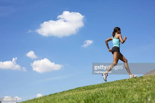 フィットネス女性屋外でのランニング