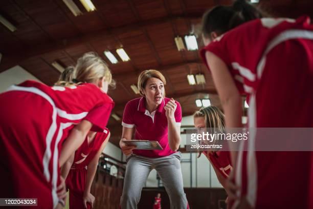 kvinnlig skola basketlag spelar spel - coach bildbanksfoton och bilder