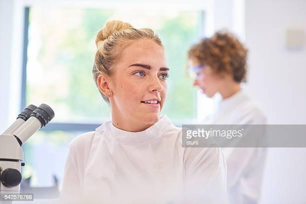 Femme étudiant dans le laboratoire de science