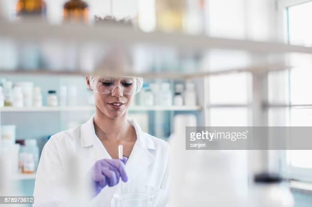 Femme scientifique travaillant au laboratoire