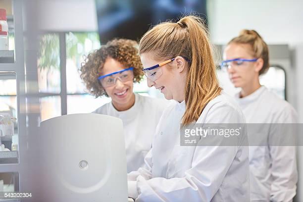 Weibliche Wissenschaftler im Labor
