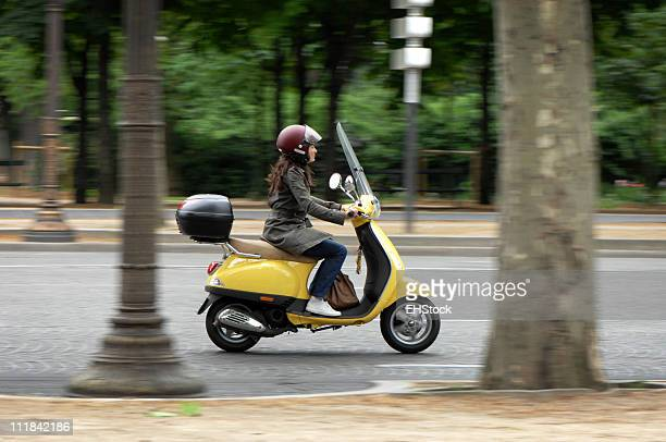 Hembra Scooter Rider in Paris France