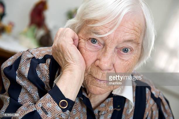 Weibliche Senior Frau sieht traurig