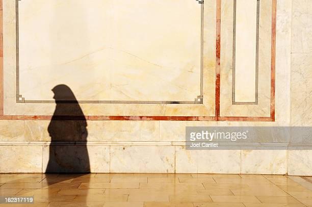 Weibliche Schatten in Umayyad Mosque in Damaskus, Syrien