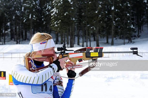 weibliche shooting in den biathlon-wettkampf - damen biathlon stock-fotos und bilder