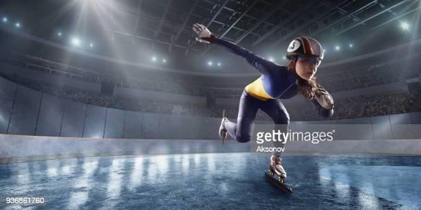 femelle diapositive d'athlète de courte piste de patinoire professionnel - chute ski photos et images de collection