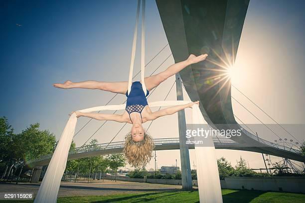female silk aerial dancer - split acrobatiek stockfoto's en -beelden