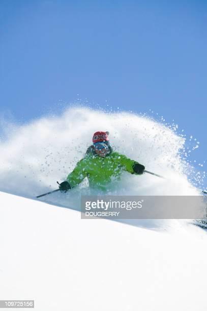 Femme faire du ski dans la poudreuse fraîche