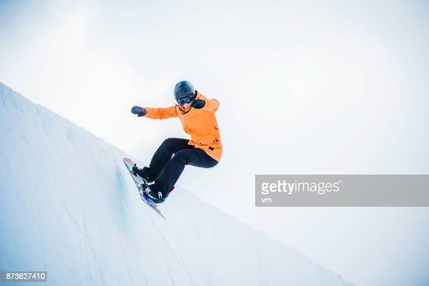 Weiblichen Snowboarder Halfpipe Landung