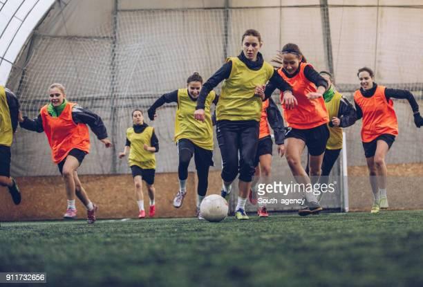 weibliche fußball-wettbewerb - sportlicher zweikampf stock-fotos und bilder