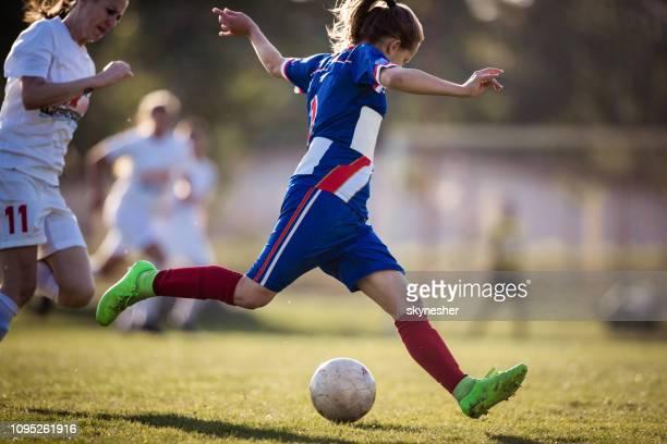joueur de soccer féminin en action sur un terrain de jeu. - football féminin photos et images de collection