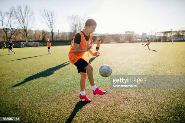 vrouwelijke voetballer de bal jongleren - jongleren stockfoto's en -beelden