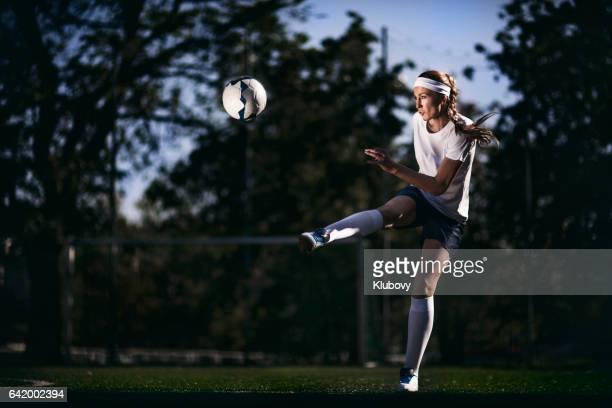 Weibliche Spieler munter Fußball