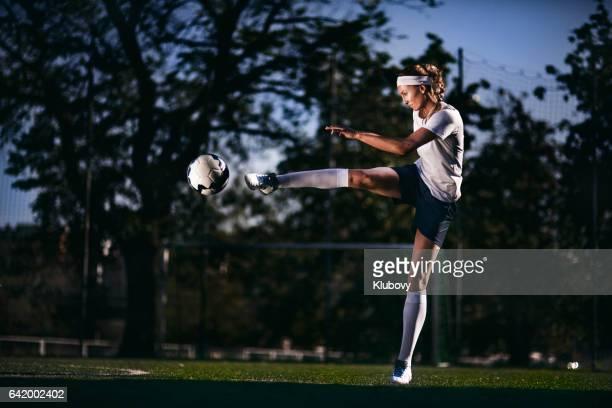 Femenino reproductor patear pelota