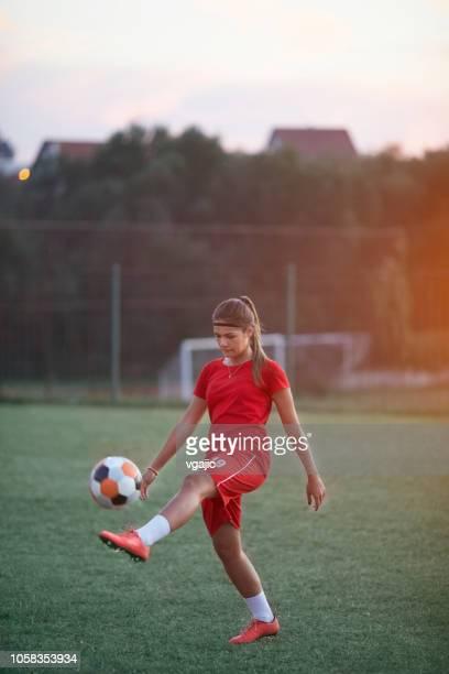 joueur de football féminin - football féminin photos et images de collection
