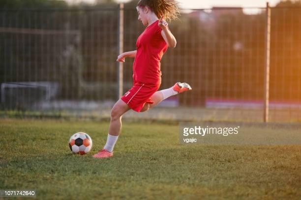 weiblichen fußballspieler und-trainer - frauenfußball stock-fotos und bilder