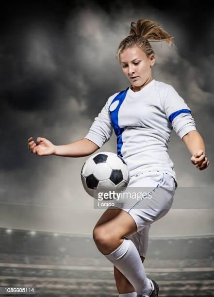 joueur de football féminin - championnat mondial de football photos et images de collection