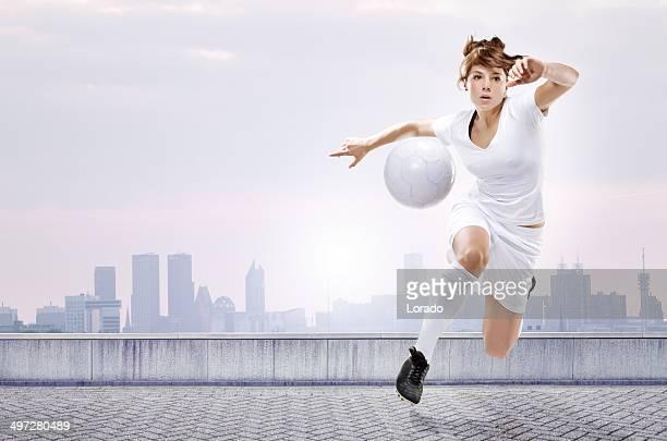 Weibliche Fußball-Spieler läuft mit dem ball