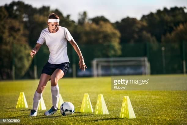 female soccer player - slalom drills training - driblar esportes - fotografias e filmes do acervo