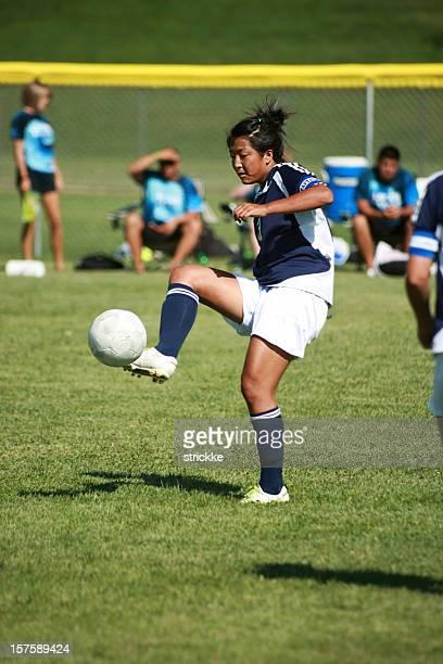 女性サッカー選手引っかかり Airborn ボール